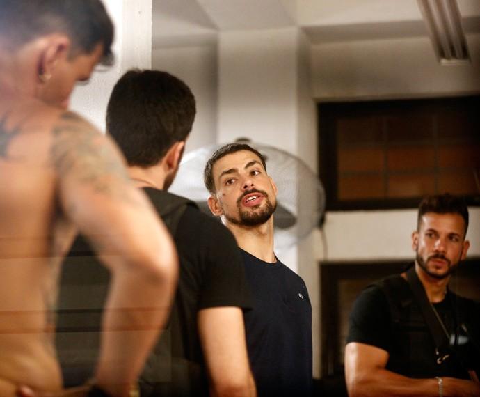 Juliano responde Dante, que tenta prendê-lo novamente (Foto: Inácio Moraes/ Gshow)