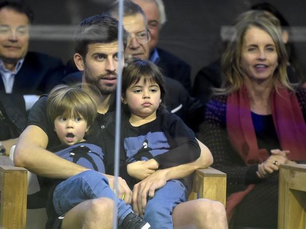 Gerard Piqué com os filhos, Milan e Sasha, em Barcelona, na Espanha (Foto: Grosby Group/ Agência)