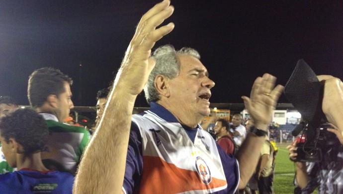 Técnico Marcos Birigui, do Vilhena, comemorando o pentacampeonato (Foto: Jonatas Boni)