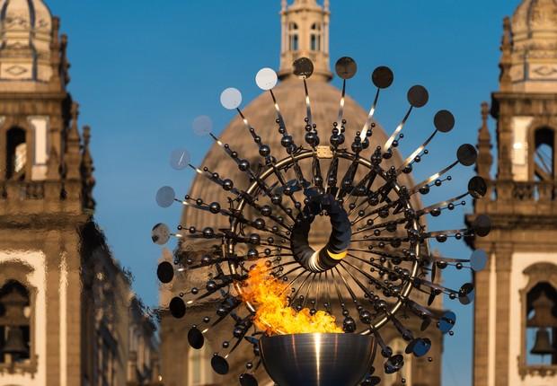 Pira Olímpica em frente à Igreja da Candelário (Foto: Alex Ferro)