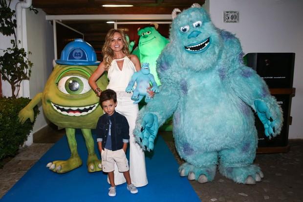 Eliana em festa com o filho (Foto: Manuela Scarpa/Foto Rio News   )