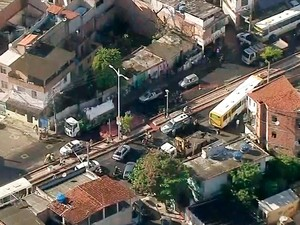 Manifestantes fecharam Avenida Suburbana na manhã desta terça (Foto: Reprodução/TV Bahia)