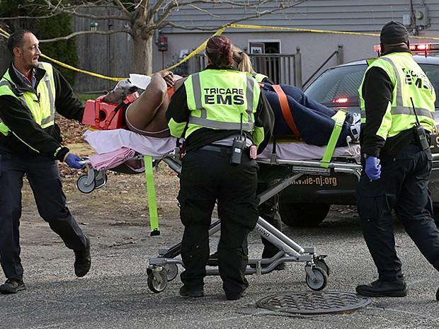 Rapper recebe atendimento após ser baleado em Plesantville nesta sexta-feira (5) nos Estados Unidos. (Foto: Michael Ein/The Press of Atlantic City/AP Photo)