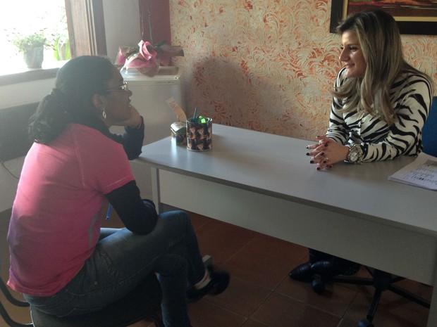 Para se manter longe da internet, Lucélia conta com o apoio da psicológa Ana Leda Bella (Foto: Natália de Oliveira/G1)