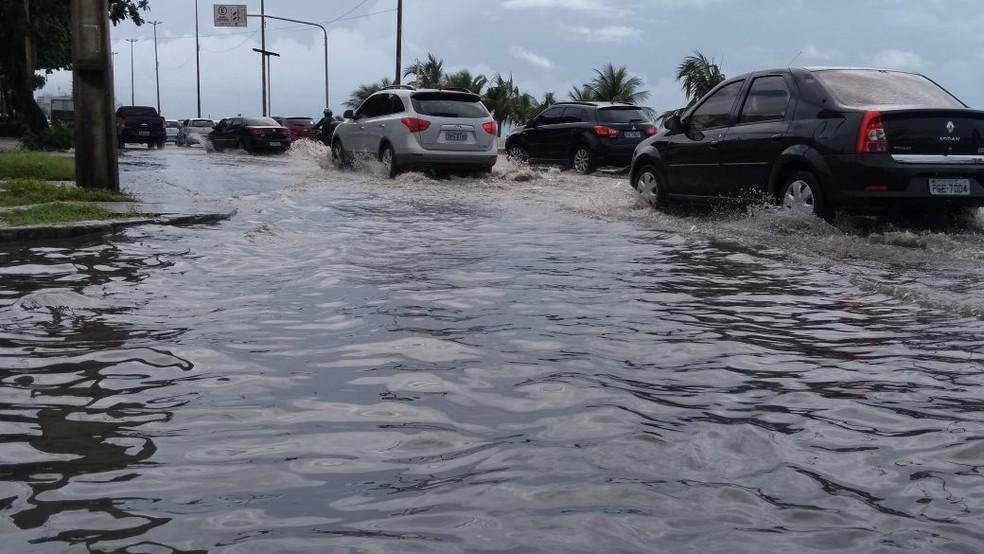 A beira-mar de Piedade, em Jaboatão, no Grande Recife, ficou alagada após as chuvas do início deste mês (Foto: Camila Torres/TV Globo)