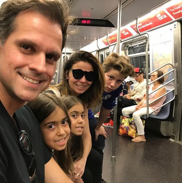 Giovanna Antonelli com o marido, Leonardo Nogueira, e filhos, Antonia, Sofia e Pietro (Foto: Reprodução)