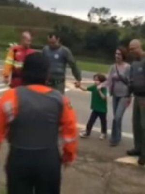 Equipe do Águia foi resgatar o menino na rodovia  (Foto: Divulgação/ Polícia Militar)