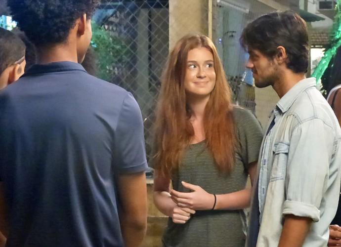 Eliza conta aos irmãos de Jonatas que vai morar com ele (Foto: Gabriella Dias/Gshow)