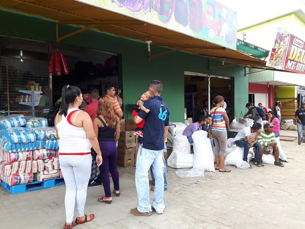 Ruas de Pacaraima foram 'tomadas' por venezuelanos em busca de comida (Foto: Emily Costa/ G1 RR)