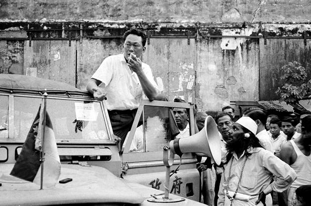 Em foto de julho de 1964, Lee Kuan Yew discursa para o povo de Cingapura (Foto: AP Photo/File)