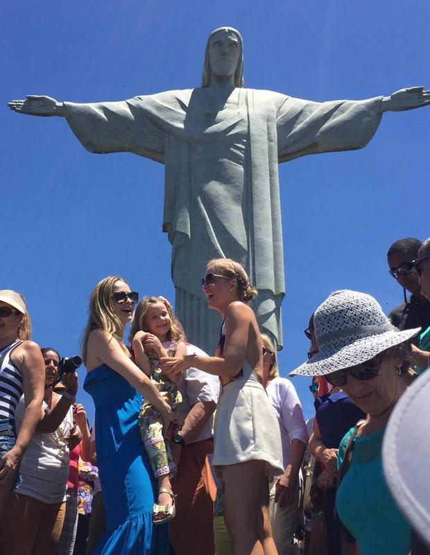 Luisa visita o Cristo com Angélica e a mãe (Foto: Divulgação / Deborah Montenegro)