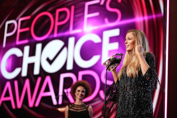 A atriz Blake Lively é premiada no People's Choice Awards (Foto: Getty Images)