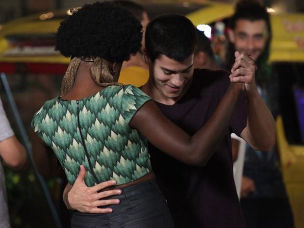 Duca e Ana Flor dançam forró agarradinhos (Foto: Carol Caminha/Gshow)