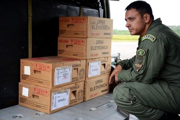 FAB faz o transporte de urnas para regiões isoladas do Acre (Foto: João Evangelista Souza)