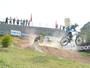 Pilotos de bicicross testam habilidade nas descidas de morros em São Roque