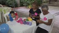 Voluntárias ensinam a fazer polvo de crochê que ajuda a tratar prematuros