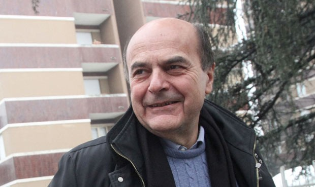 Pier Luigi Bersani chega para votar neste domingo (24) em Piacenza (Foto: AFP)