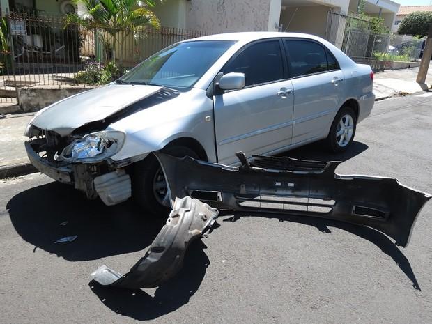 Condutor do carro não ficou ferido, segundo os bombeiros (Foto: Jorge Zanoni/Cedida)
