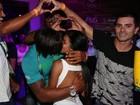 Isaquias Queiroz festeja medalhas na Rio 2016 beijando muito em festa