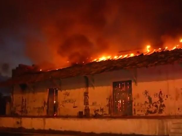 Fodo destruiu todo o prédio da Secretaria de Educação  (Foto: Divulgação/Corpo de Bombeiros)