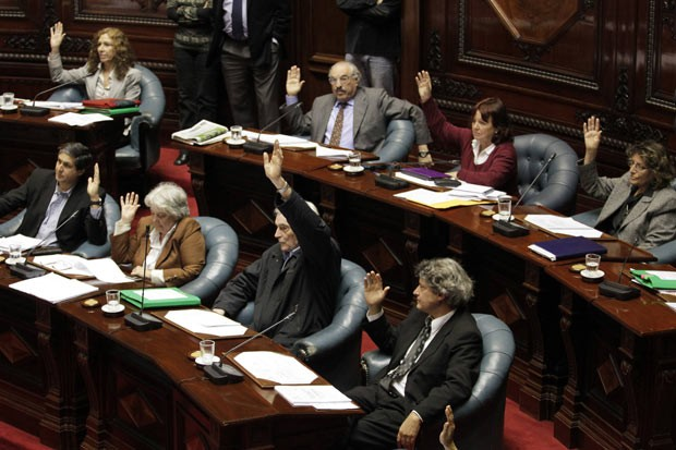 Senadores uruguaios votam pela aprovação da lei do aborto em Montevidéu em 17 de outubro (Foto: AP)