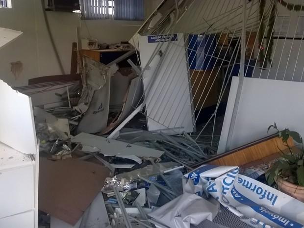 Bandidos explodiram caixas eletrônicos e o cofre de uma das agências (Foto: Eder Calegari/RBSTV)