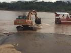 Com vazante do rio, entulhos dificultam transporte de balsa no Acre