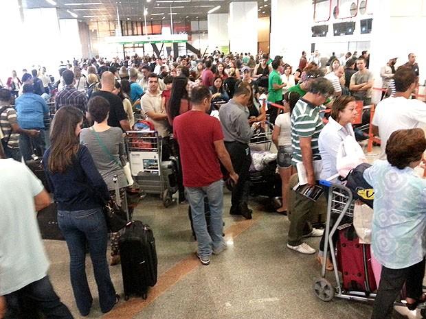 O salão de embarque do aeroporto JK ficou lotado na manhã deste sábado (2), por causa de um apagão (Foto: Alex Souza/VC no G1)