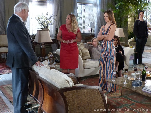 Família fica chocada com a atitude de César (Foto: Amor à Vida / TV Globo)