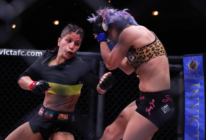 A sueca Pannie Kianzad acerta um golpe na australiana Jessie-Rose Clark (Foto: Evelyn Rodrigues)