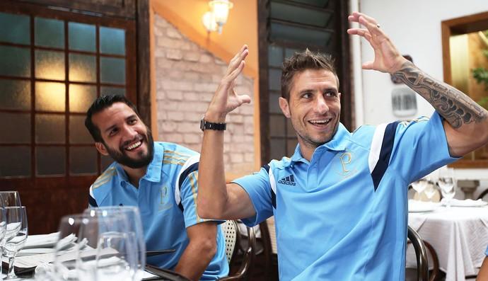 Jogadores Eguren, Victorino e Alvaro Pereira almoçam em churrascaria, restaurante Uruguaio em São Paulo (Foto:  Marcos Ribolli)