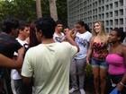 Ex-BBB Renatinha é cercada de fãs após gravação de programa