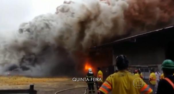 Incêndio atingiu terminal de cargas às 15h15 na última quinta-feira (14) (Foto: Reprodução/TV Tribuna)