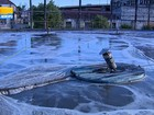 Equipe limpa rede de esgoto junto à empresa suspeita de alterar água