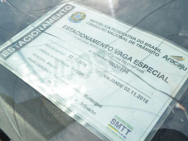 Cartão especial deve ser colocado sobre o painel do carro de quem para em vaga especial (Foto: Marina Fontenele/G1)