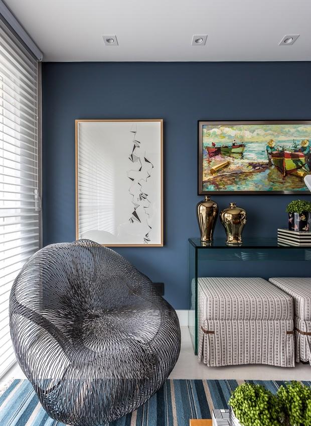 sala-de-estar-poltrona-metálica-tapete-parede-azul (Foto: Eduardo Macarios/Divulgação)