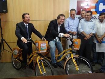 Prefeito do Recife, João da Costa, lança serviço de aluguel de bicicletas (Foto: Priscila Miranda / G1)