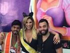 Solteiro, Jonathan Costa curte bloco de carnaval com a mãe no Rio