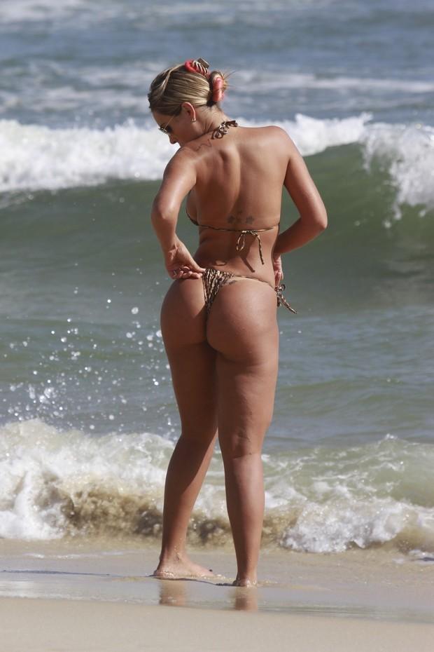Andressa Urach na praia (Foto: Dilson Silva / Agnews)