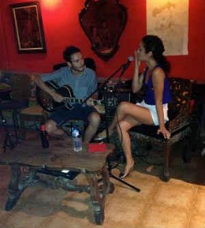 Paulo Novaes, que se apresentou em Barcelona, quase teve guitarra apreendida na volta (Foto: Arquivo pessoal)