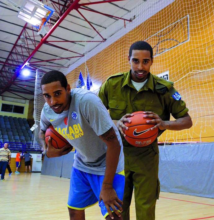 jogador e soldado israelense (Foto: Twitter)