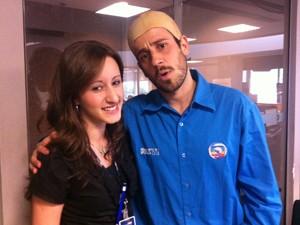 Britinho e Rose, a jovem aprendiz da RBS TV (Foto: Luiza Carneiro/RBS TV)
