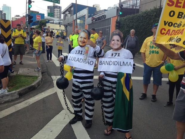 Manifestantes se caracterizam para participar do protesto (Foto: Vinicius Whitehead/ TV TEM)