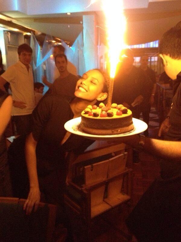Taís Araújo comemora seu aniversário em restaurante (Foto: Twitter/ Reprodução)
