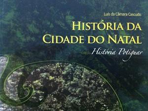 Livro sobre a história da capital (Foto: Caroline Holder/G1)
