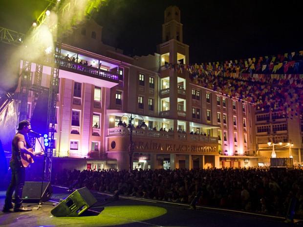 Grande públioc aproveita o show de Nando Cordel, no São João de João Pessoa. (Foto: Rafael Passos / divulgação)