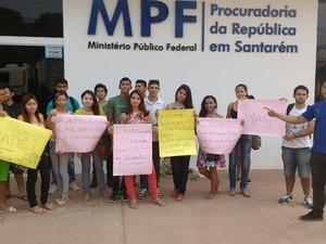 Estudantes em manifestação em frente ao MPF (Foto: Arquivo Pessoal/Rodrigo Sousa)