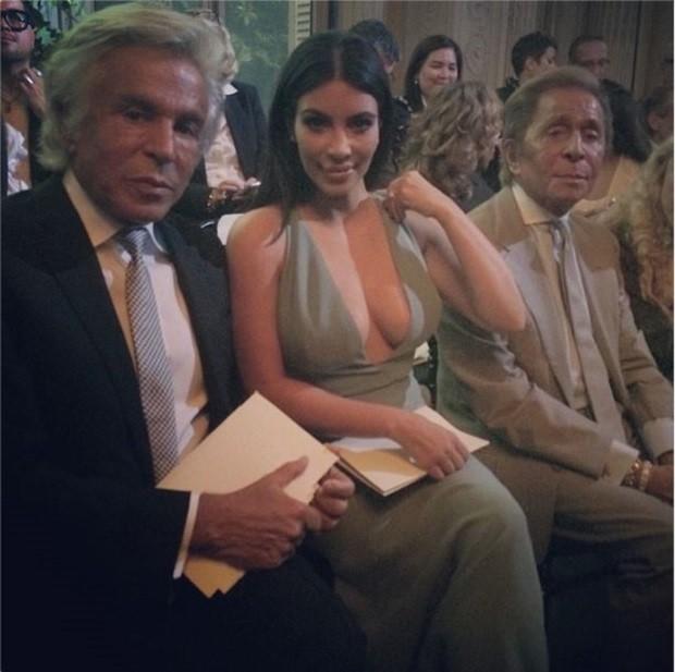 Kim Kardashian ao lado de Valentino Garavani e Giancarlo Gammetti (Foto: Reprodução/Instagram)