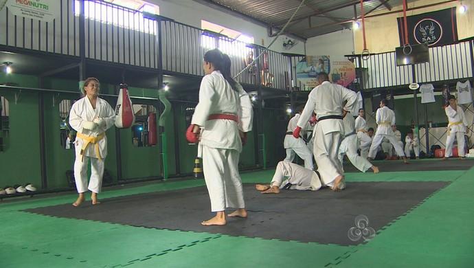 Bicampeão mundial de karatê ensina técnicas para atletas da capital de Rondônia (Foto: Reprodução/TV Rondônia)