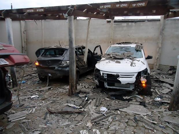 Bananas de dinamite destruíram carros no Quartel da PM. (Foto: Jônatas Elias de Sousa / VC no G1)